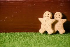 Christmas food. Gingerbread man cookies in Christmas setting. Stock Photos