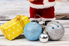 Christmas gift and balls close up Royalty-vrije Stock Foto