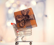 Christmas gift box and shopping cart Royalty Free Stock Photography