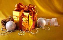 Christmas gift in gold box with bow Royalty Free Stock Photography
