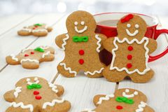 Christmas gingerbread people with hot chocolate Royalty Free Stock Photos