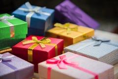 christmas&happy新年礼物盒堆, rewa的各种各样的颜色 免版税库存图片