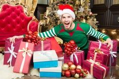 christmas happy merry new year Το ευτυχές άτομο απολαμβάνει το νέες έτος και τη γιορτή Χριστουγέννων Άτομο με τα παρόντα κιβώτια  στοκ φωτογραφίες με δικαίωμα ελεύθερης χρήσης