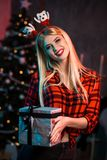 Christmas, x-mas, New year, winter, happiness concept - smiling woman in santa helper hat with gift box Stock Photos