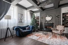 Free Christmas Morning. Classic Apartments With Study And Library A Fireplace, Decorated Tree, Sofa, Large Windows And Royalty Free Stock Photos - 163601058