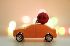 Christmas ornament on toy car, Christmas holiday celebration con Royalty Free Stock Photos