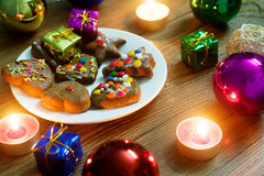 Christmas plate with gingerbread and gift Royalty Free Stock Image