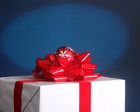 Christmas present with bow and ornament Royalty Free Stock Photography
