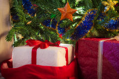 Christmas present with green christmas tree Royalty Free Stock Photos