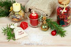 Christmas spa έννοια με τα κεριά και τη διακόσμηση Χριστουγέννων Στοκ φωτογραφία με δικαίωμα ελεύθερης χρήσης