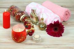 Christmas spa έννοια με τα κεριά και το λουλούδι Στοκ Φωτογραφίες