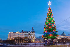 Christmas tree against Dom Knigi Bookstoredecorated for Christmas, Saint-Petersburg. Christmas tree against Dom Knigi Bookstore in building built for the Singer Stock Photo
