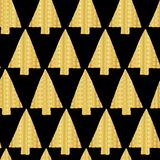 Christmas tree Gold foil seamless vector pattern backdrop. Shiny golden textured triangle Christmas trees on black background. stock illustration