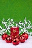 Christmasballs rojos con los copos de nieve Imágenes de archivo libres de regalías