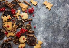 ChristmasChristmas-Backenhintergrund mit sortierten Weihnachtsplätzchen, Gewürzen, Plätzchenformen und hölzernem Schneidebrett Be Lizenzfreies Stockfoto