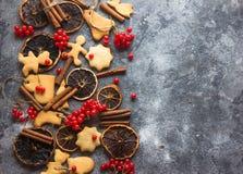 ChristmasChristmas-Backenhintergrund mit sortierten Weihnachtsplätzchen, Gewürzen, Plätzchenformen und hölzernem Schneidebrett Be Stockbild