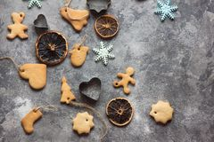 ChristmasChristmas-Backenhintergrund mit sortierten Weihnachtsplätzchen, Gewürzen, Plätzchenformen und hölzernem Schneidebrett Be Stockfotografie