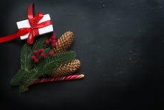 Christmasgift-Kasten, Niederlassungen, Süßigkeit, Kegel, Weihnachtshintergrund Stockbild