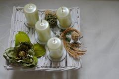 现代正方形塑造了与白色蜡烛和christmass装饰的出现鞘 库存照片