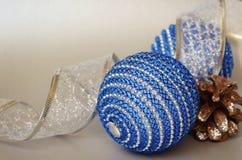 Christmass-Bälle und Kiefernkegel Stockfoto