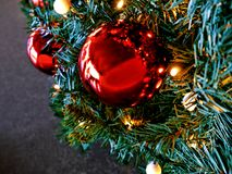 Christmass-Baum in den girlands und in den Spielwaren Lizenzfreies Stockfoto