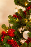 Christmass Baum mit Dekorationen und Leuchten Lizenzfreies Stockbild