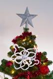 Christmass Baum mit Dekorationen und Leuchten Stockfotografie