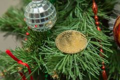 Christmass Bitcoin Symbolisk bild av faktisk valuta arkivfoto
