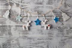 Christmass decoratio på grungy texturerat ridit ut vitt trä Fotografering för Bildbyråer