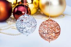 Christmass-Dekoration, bunter Flitter und Kette Lizenzfreie Stockfotos