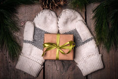 Christmass gåvaask och tumvanten Arkivfoton