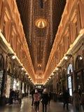 Christmass lynne i europeisk stad royaltyfria bilder