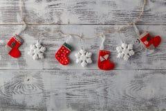 Christmassdecoratio op grungy geweven doorstaan wit hout Royalty-vrije Stock Afbeelding