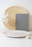 Christmassy platta med ett grått kort Arkivfoto