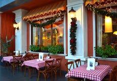 Christmastime的意大利餐馆 免版税图库摄影