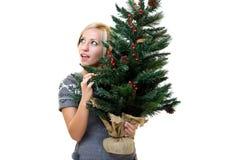 christmastree som rymmer den älskvärda kvinnan Fotografering för Bildbyråer