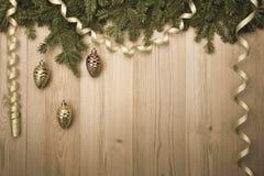 ChristmasVintage tło z jedlinowym drzewem, złotym faborkiem i Dec, Zdjęcie Royalty Free
