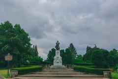 Christopher Columbus Monument sob o céu nebuloso em Pittsburgh, EUA fotografia de stock royalty free