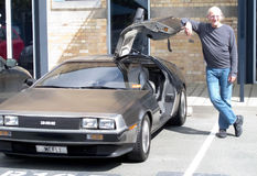 Christopher Lloyd se reposant dans un DeLorean photos stock