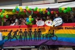 Christopher Street Day Munich 2015 - Bus in de parade met regenboogvlag Stock Afbeelding
