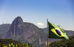 Christus de Verlosser tegen Braziliaanse vlag in Rio de Janeiro Stock Fotografie