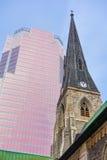 Alte Kirche und modernes Gebäude Lizenzfreies Stockfoto