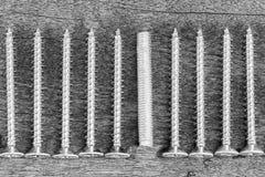 Chrom śrubuje tekstury tło na drewnianym rocznika tle obrazy stock