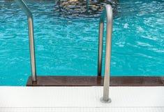Chrom kroczy prowadzić w luksusowego pływackiego basen fotografia stock