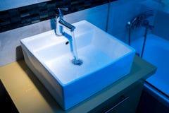 Chrom matrycujący plenerowy faucet w łazience zdjęcie royalty free