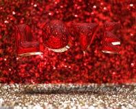 Chrom miłości Przejrzysty słowo unosi się w czerwieni i złocistym błyskotliwości ro ilustracji