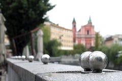 Chrom piłki wykłada rzeki ścianę w Ljubljana, Slovenia zdjęcie stock