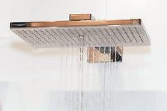 Chrom prysznic głowa z wodnymi kroplami fotografia stock