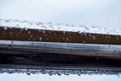 Chrom stalowe drymby z wodą opuszczają w rzecznym porcie zdjęcie royalty free