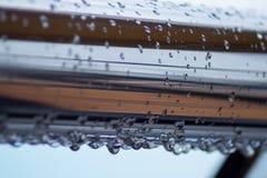 Chrom stalowe drymby z wodą opuszczają w rzecznym porcie obrazy stock